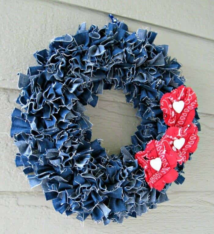 4 de julio: haz una corona de mezclilla con acentos florales rojos