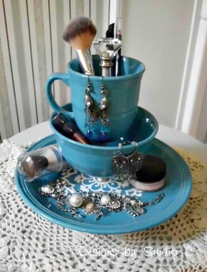 Soporte de maquillaje y joyería de bricolaje con vajilla