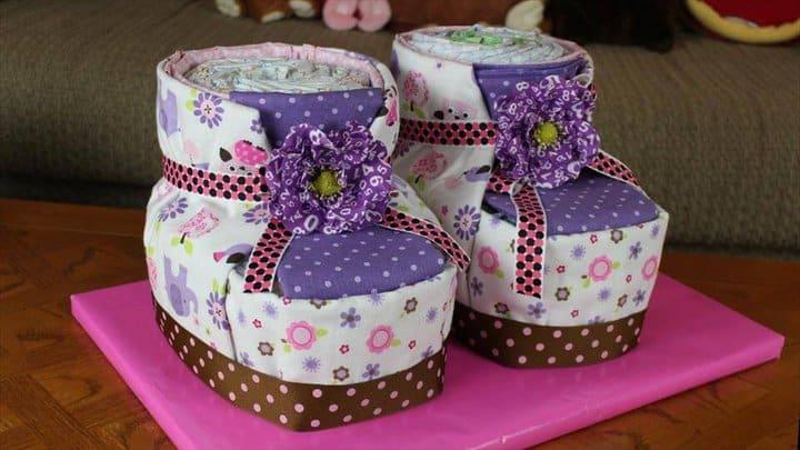 llamativo pastel de pañales de botines de bebé