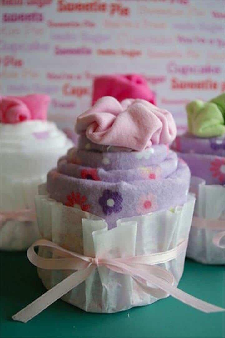 cupcake de pañal y manta de bebé