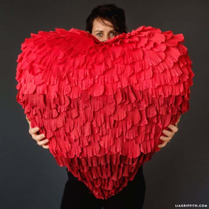 Piñata de corazón de papel crepé