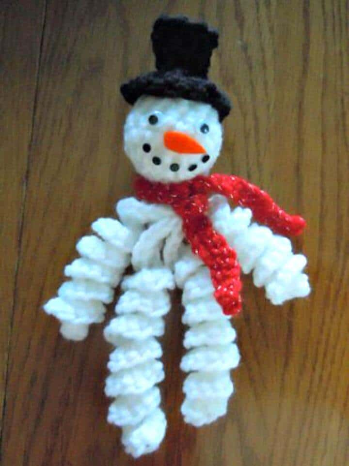 Patrón de adorno de muñeco de nieve rizado de ganchillo gratis