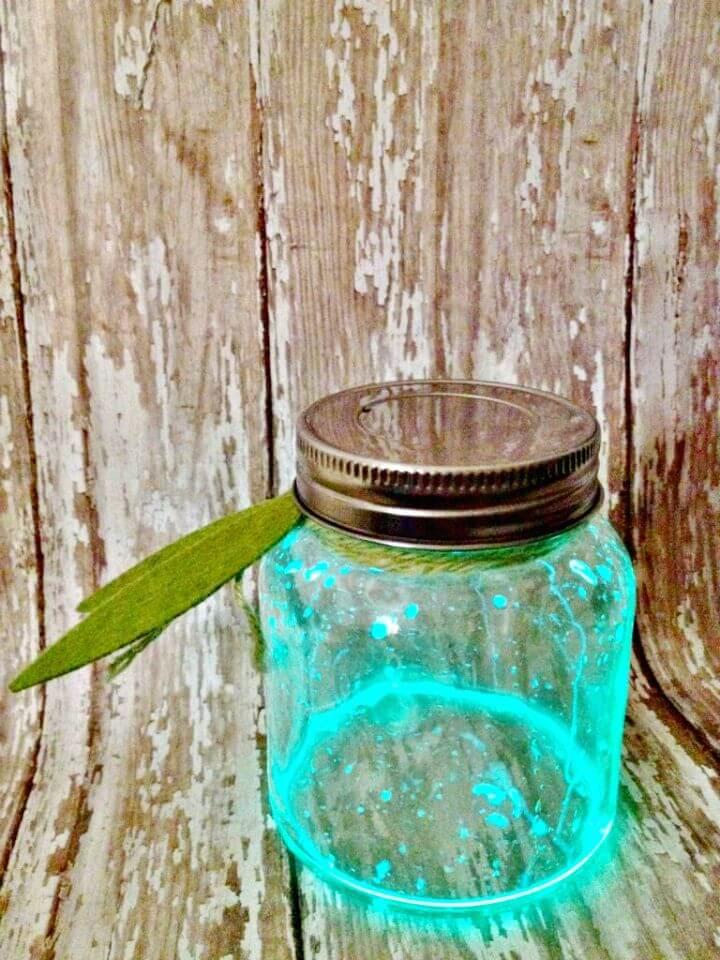 Lindas luciérnagas de bricolaje en un tarro para niños
