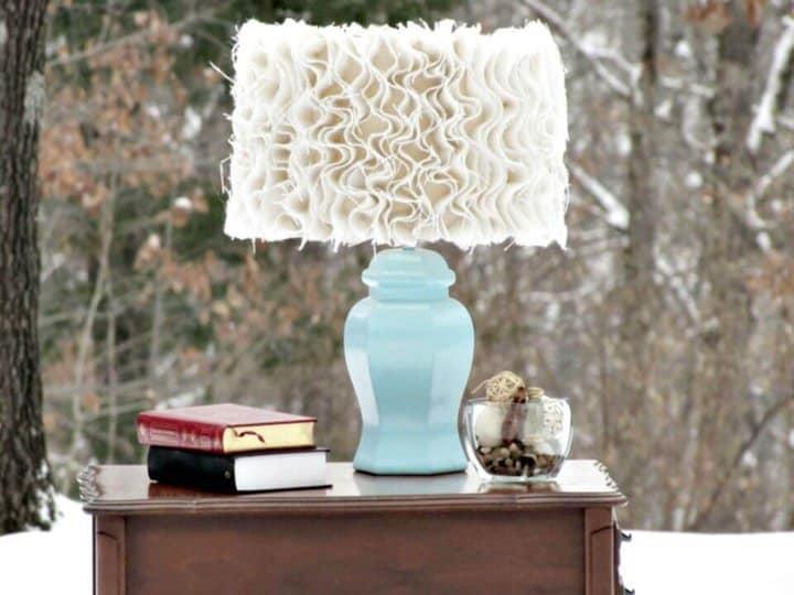 Lámpara de arpillera con volantes inspirada en la antropología de bricolaje