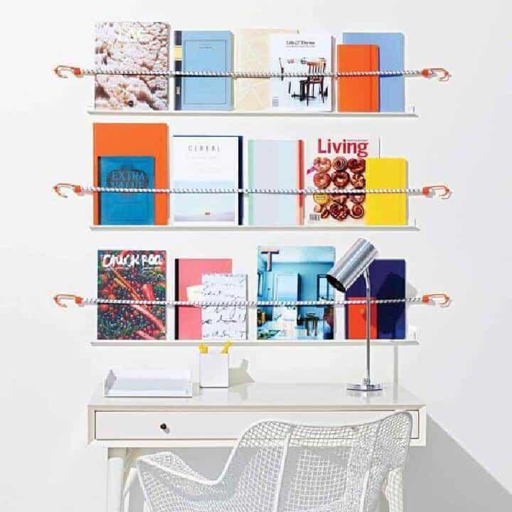 Estantes de revistas de cuerda elástica de bricolaje sobre el escritorio