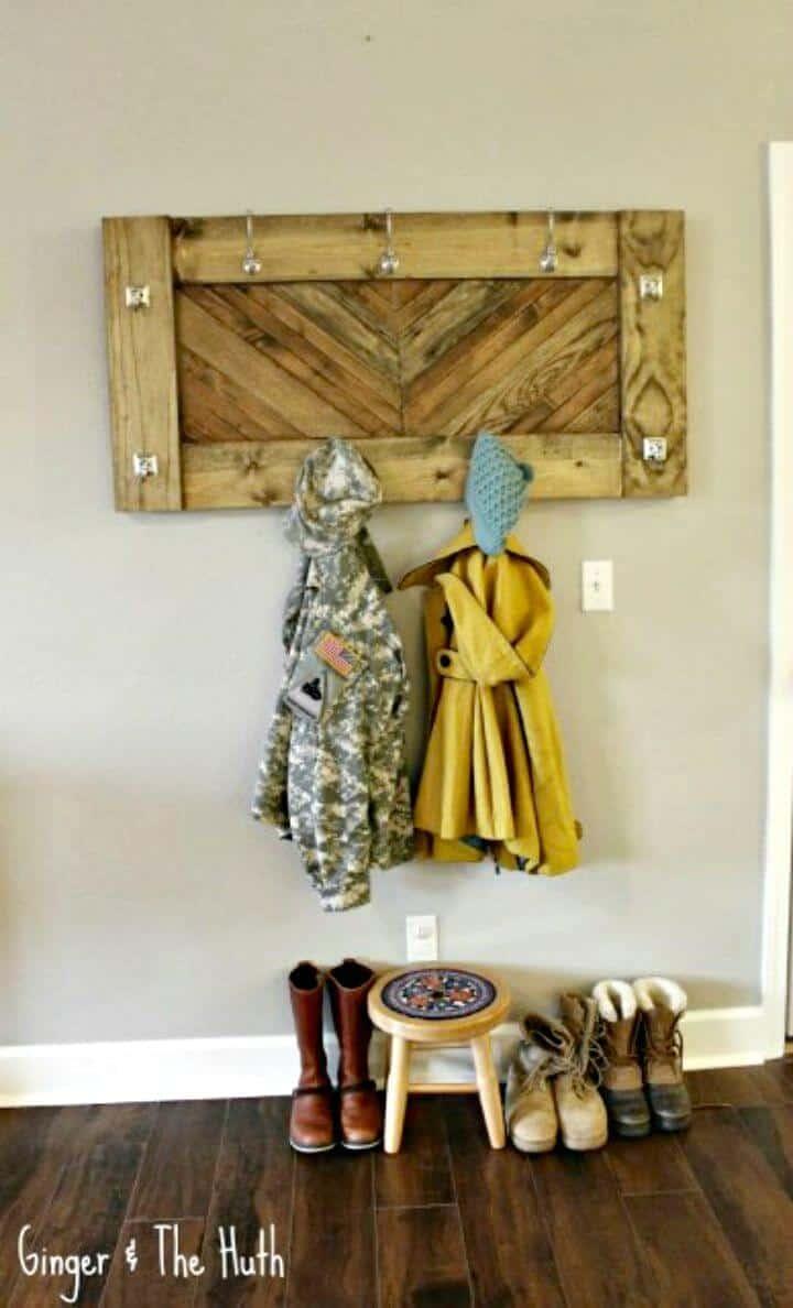 Estante de entrada de abrigo de pared de chevrón para bricolaje: tutorial de uso de madera de desecho