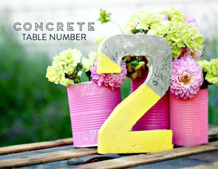 Números de mesa de hormigón de bricolaje para una boda o evento