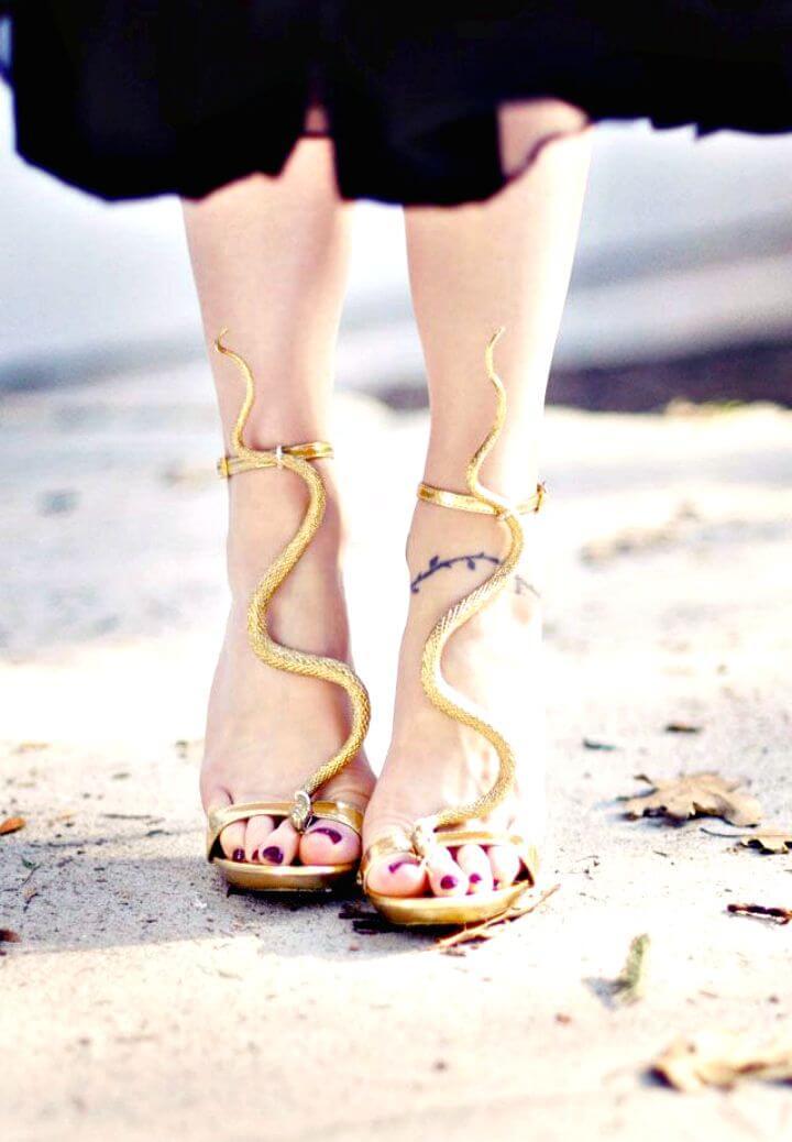 Sandalias con tiras en T de serpiente dorada de bricolaje
