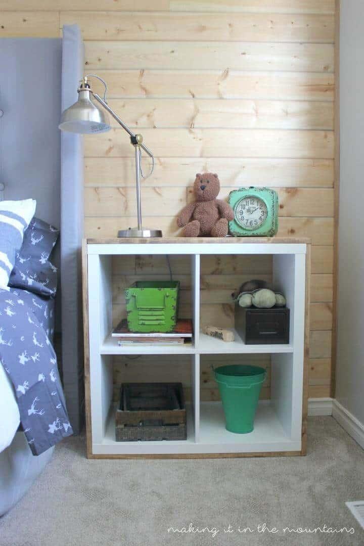 Mesa de noche de madera contrachapada y Kallax DIY