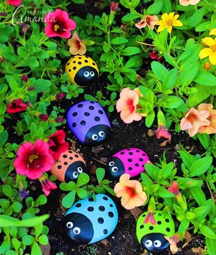 Rocas pintadas mariquita de DIY, arte pintado del insecto del jardín de las rocas