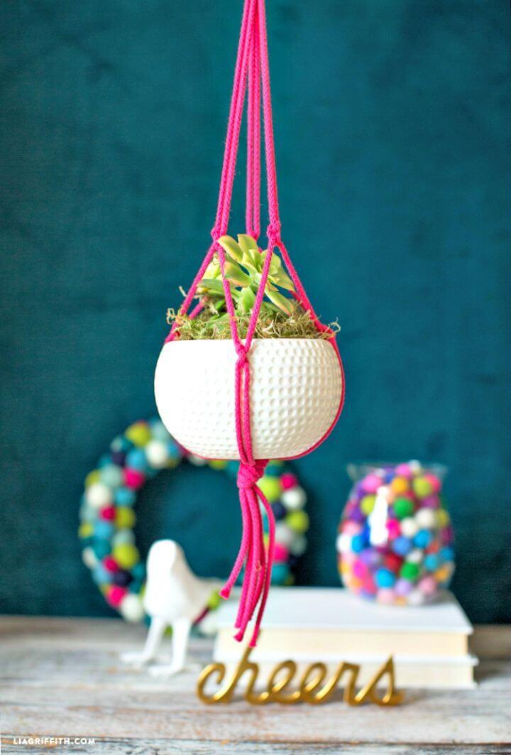 Cómo hacer una percha de macramé para plantas con cuerda rosa