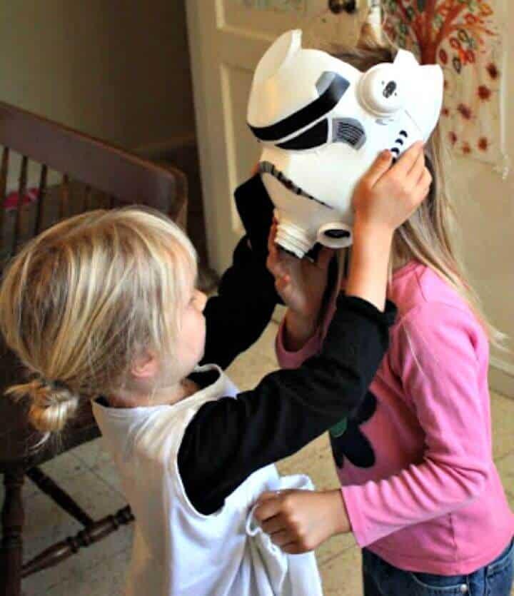Increíble casco DIY Milk Jug Storm Trooper