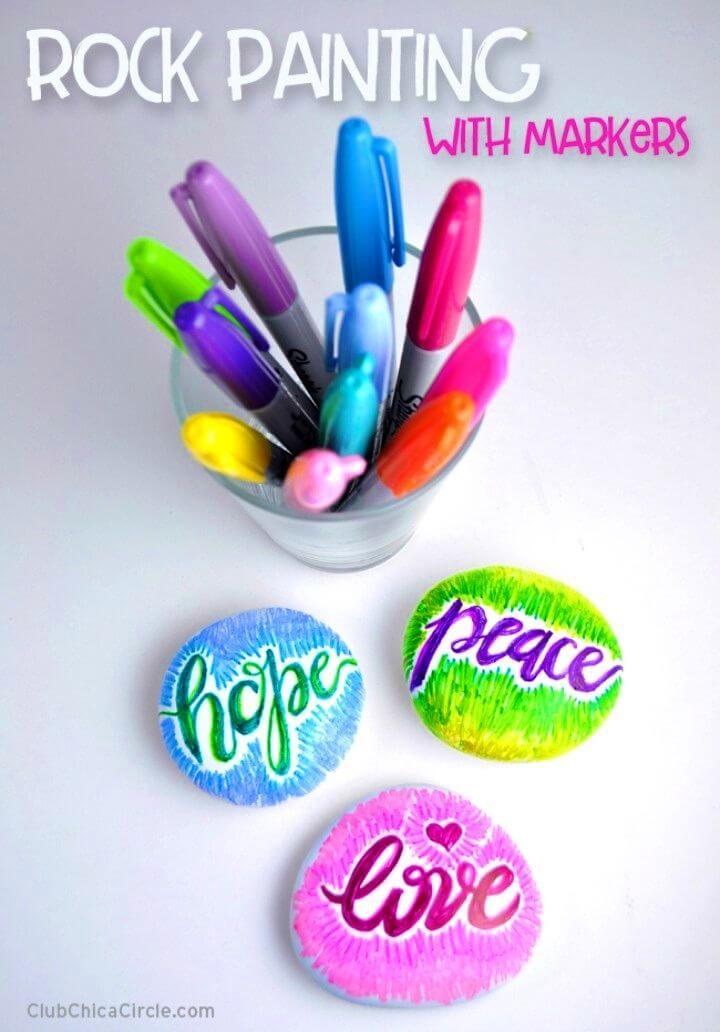 Rocas de pintura de bricolaje con marcadores, rocas pintadas con refranes y letras