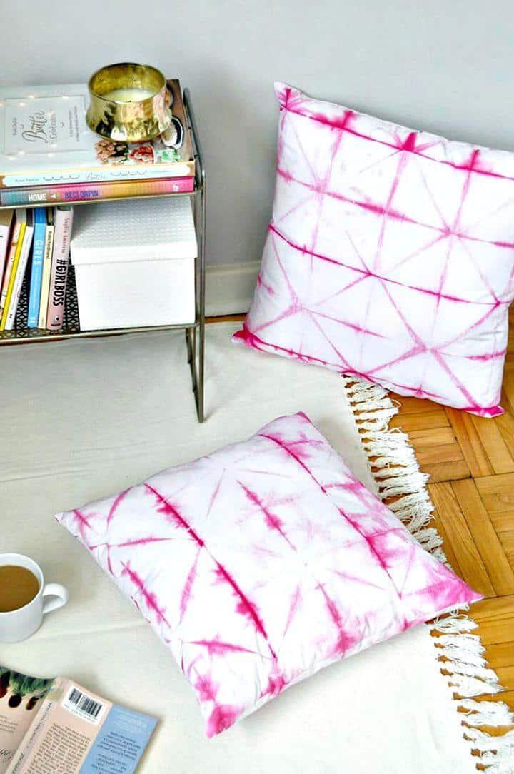 Cómo hacer cojines Shibori rosas de bricolaje - Tutorial gratuito