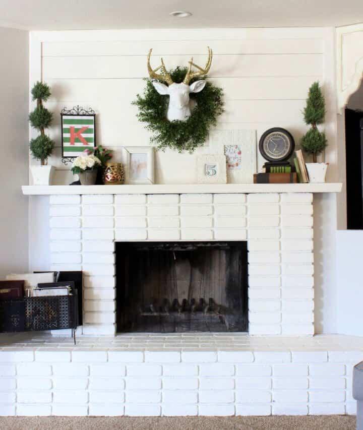 Manto de tablas de bricolaje y chimenea de ladrillo blanco