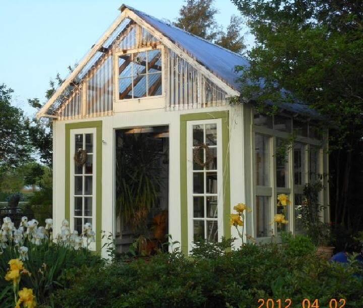 Invernadero de puertas y ventanas recuperadas de bricolaje