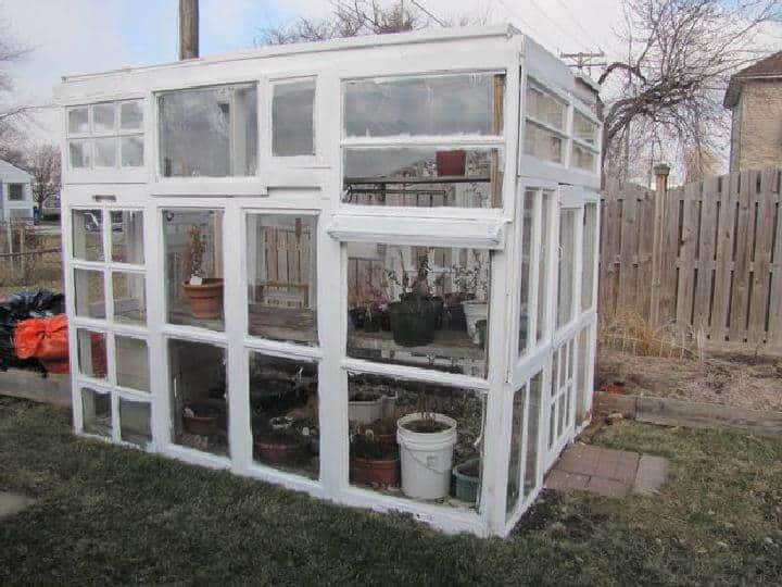 Invernadero de ventana vieja reciclada de bricolaje