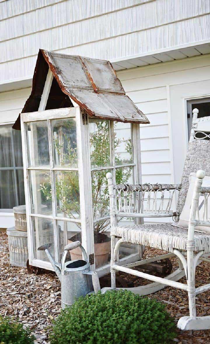 Mini invernadero rústico de ventana reutilizada de bricolaje