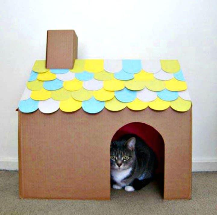 Cartón de casa de gato con tejas de bricolaje