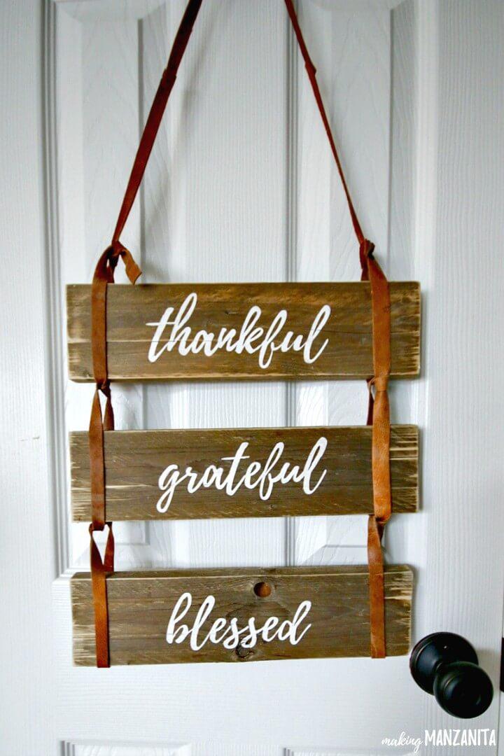 Letrero de madera de paleta bendecida agradecida de bricolaje con correas de cuero