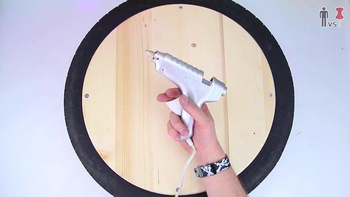 pistola de pegamento para adherir la cuerda a la superficie de madera