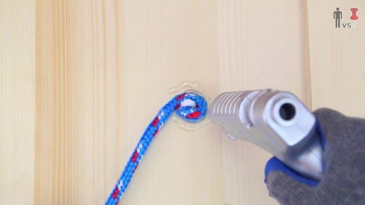 Dobla el comienzo de la cuerda y pégala en el centro de la pieza de madera.