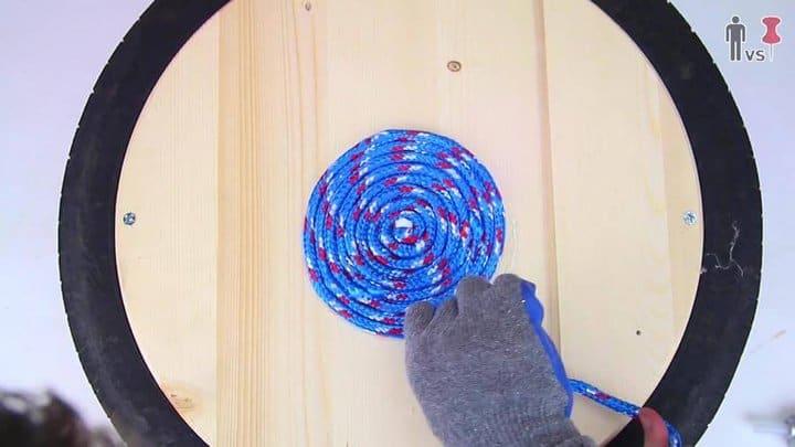 ahora enrolle la madera alrededor del centro en forma de espiral