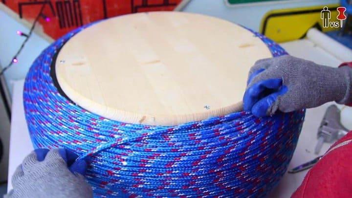 agregando pegamento y enrollando la madera alrededor del centro en forma de espiral paso 7