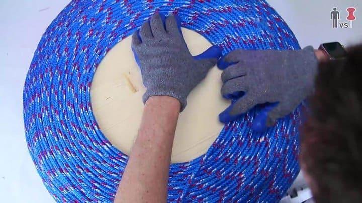 agregando pegamento y enrollando la madera alrededor del centro en forma de espiral paso 8