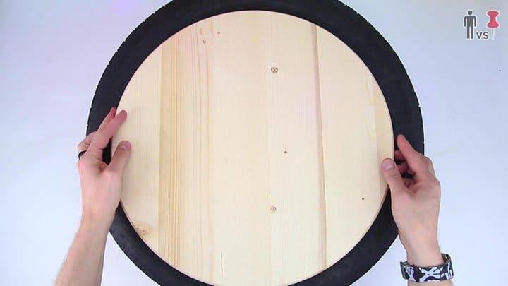 Fijación de una pieza redonda de madera para cerrar la apertura del neumático.