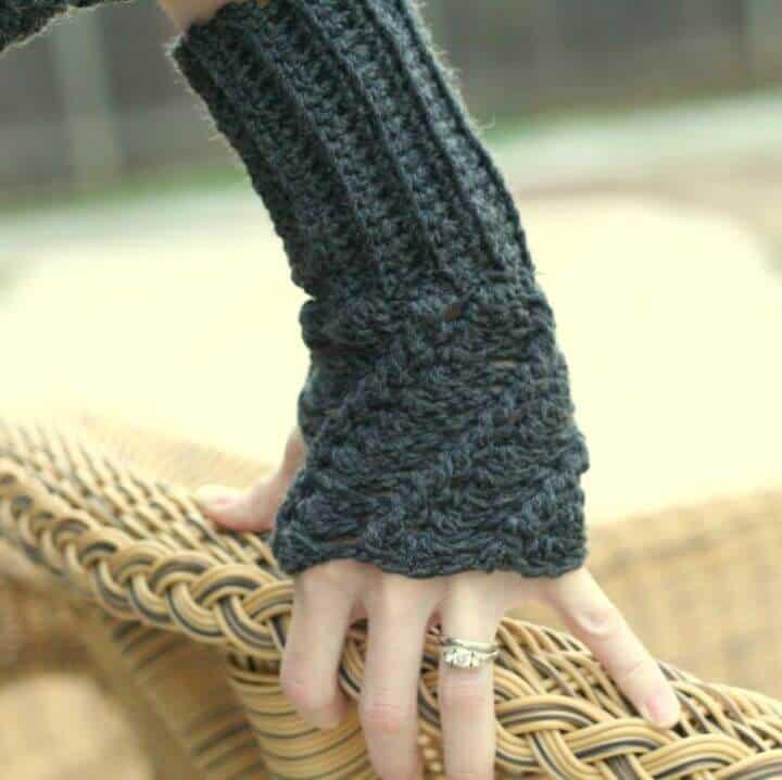 Patrón de guantes sin dedos con giro de ganchillo gratis