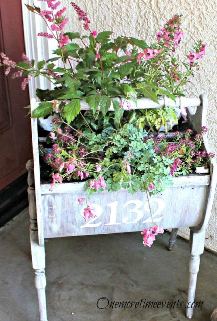 Jardinera de gabinete de costura encalada y estarcida de bricolaje