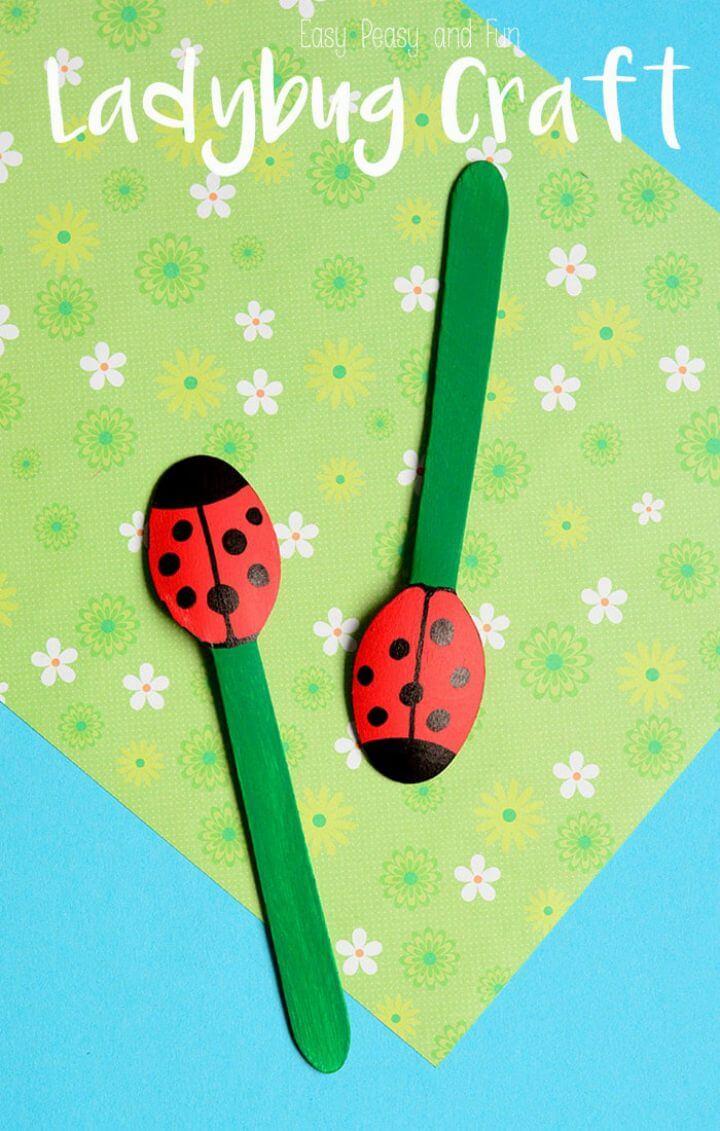 Haga marionetas de mariquita con cuchara de madera: manualidades para que jueguen los niños