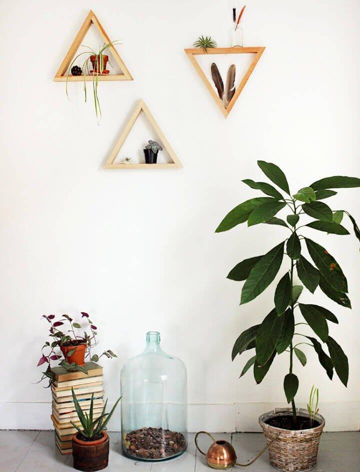 Estantes triangulares de madera de bricolaje
