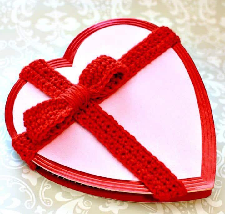 Decora una caja de San Valentín sencilla con este patrón de lazo de ganchillo