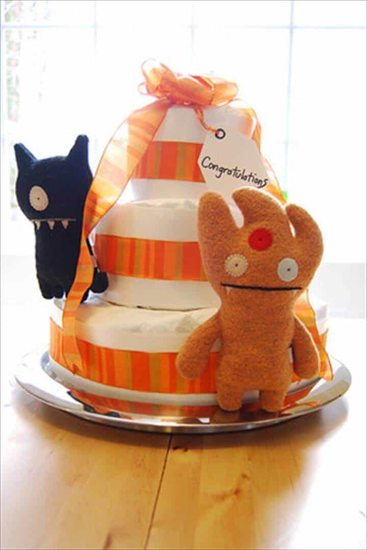 pastel de pañales adornado con muñecas feo