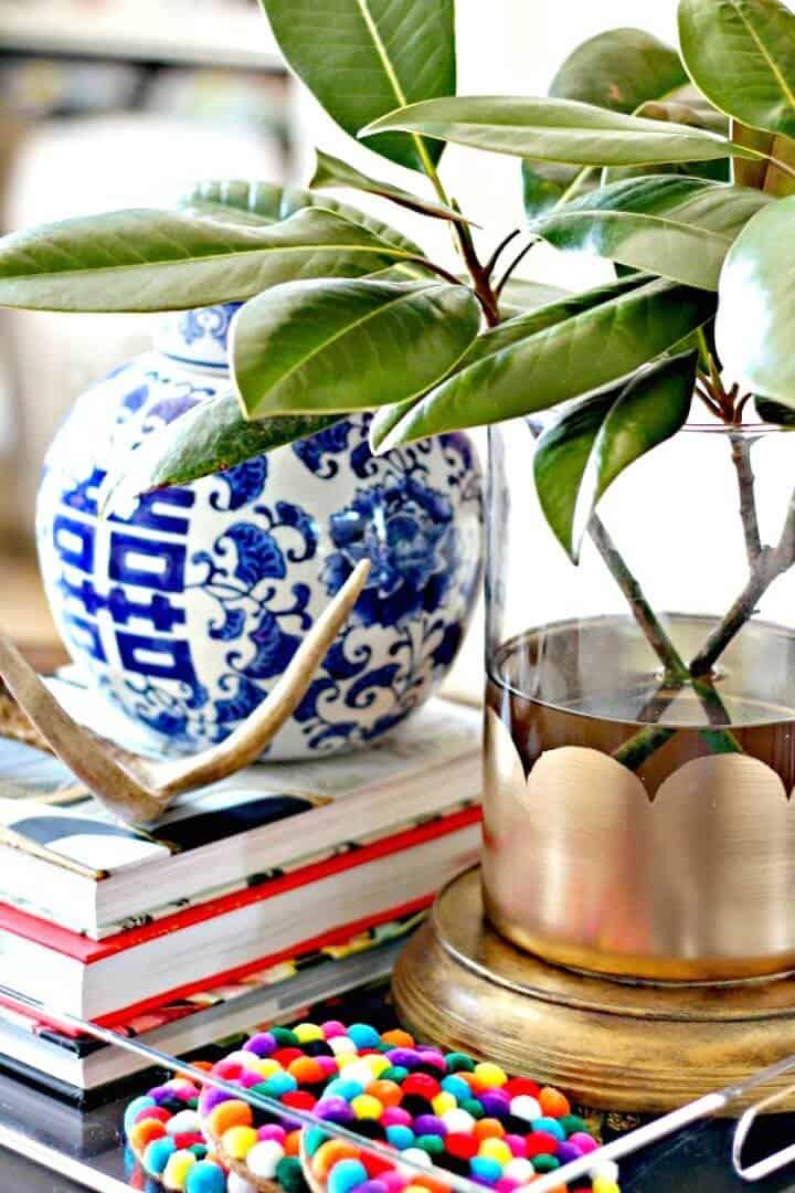Lindo jarrón de hojas festoneadas doradas de bricolaje