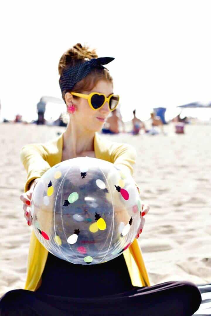 Cambio de imagen de pelota de playa pintada con bricolaje