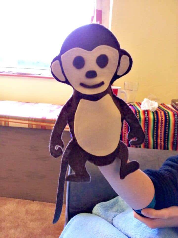Marioneta de mano de mono de puntada y pegamento de bricolaje