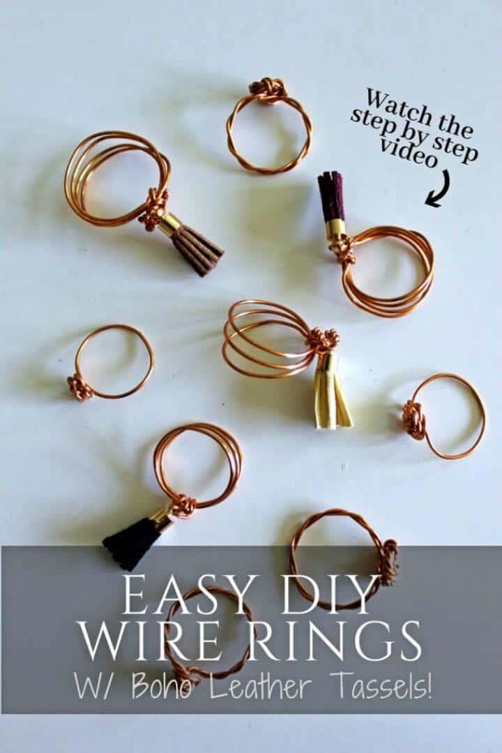 Fácil anillo de alambre de bricolaje con borlas de cuero, simplemente gire y enrolle el alambre de metal para hacer estos anillos boho y luego adornar con borlas.