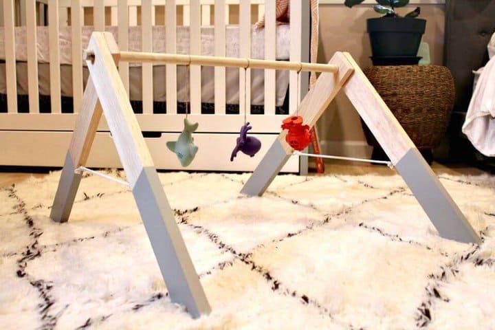 Adorable gimnasio para bebés de madera DIY
