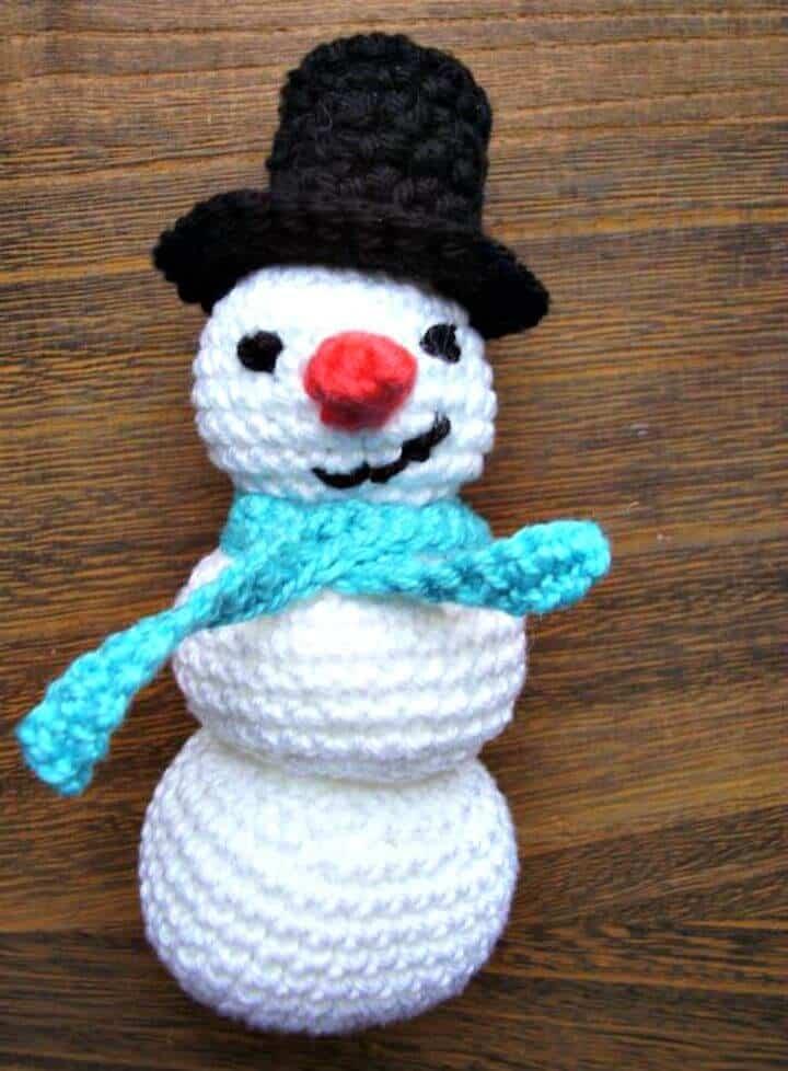 Patrón de muñeco de nieve Amigurumi de ganchillo gratis fácil
