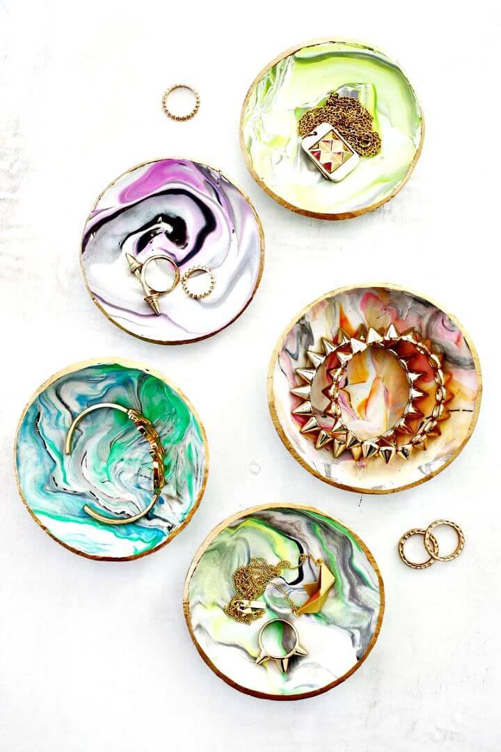 Plato de anillo de arcilla veteada de bricolaje