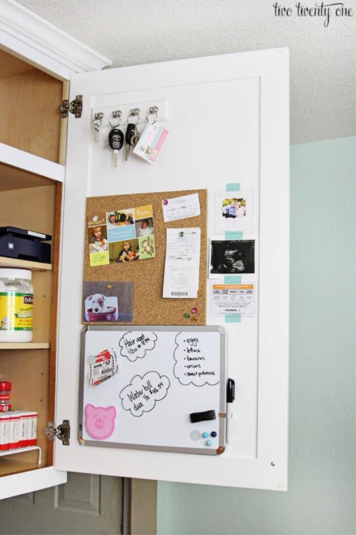 Centro de comando familiar dentro del gabinete de cocina