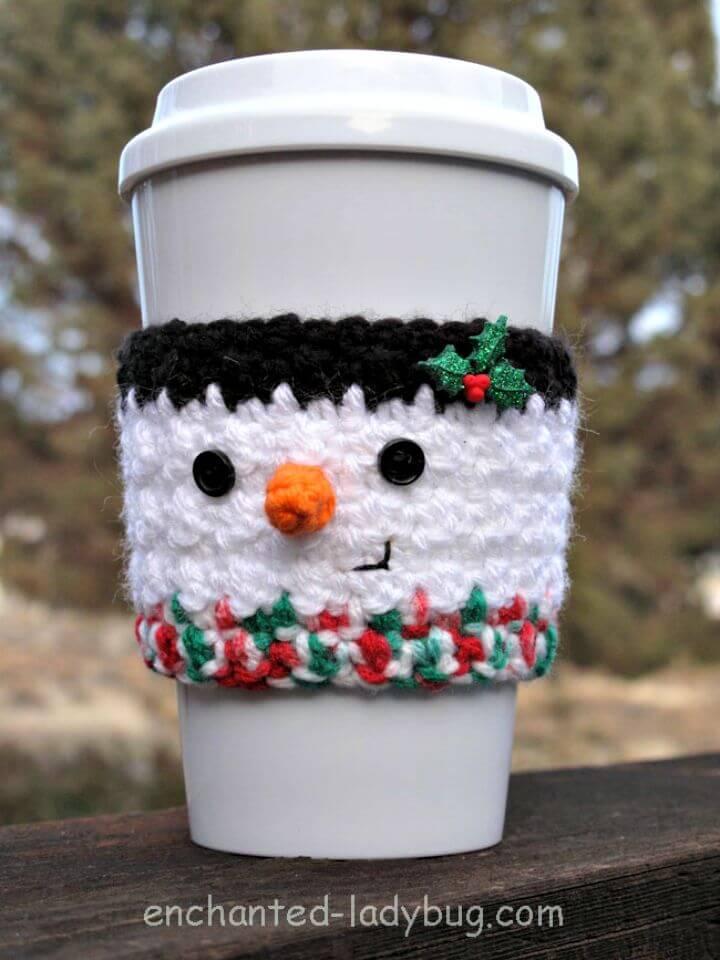 Patrón acogedor de taza de café de muñeco de nieve de ganchillo gratis