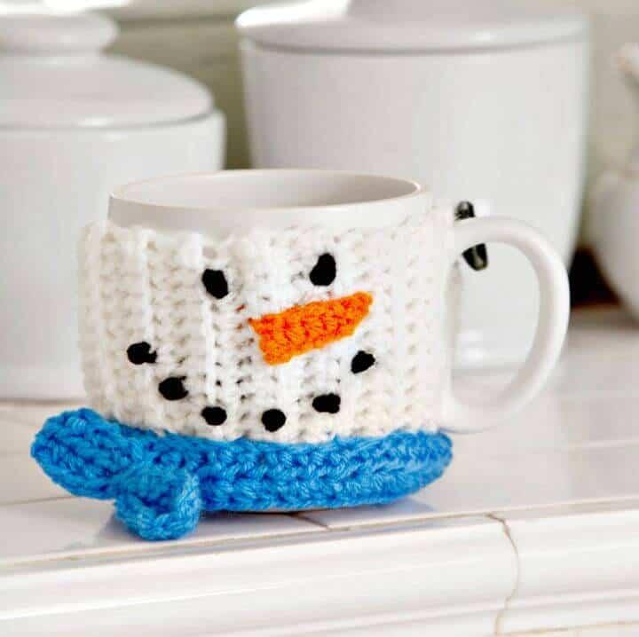 Lindo abrazo de taza de muñeco de nieve de ganchillo - Patrón gratuito