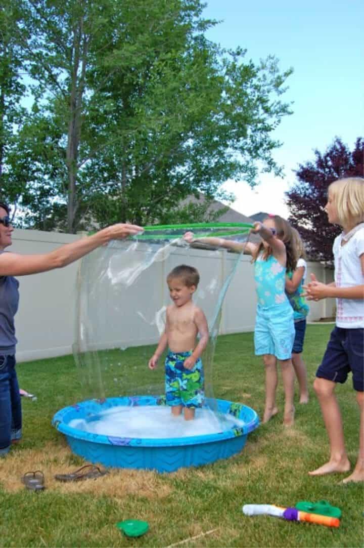 Burbujas gigantes de la piscina para niños