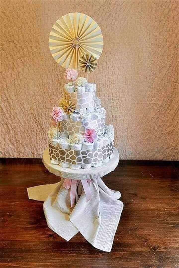 pastel de pañales envuelto en cinta con estampado de jirafa