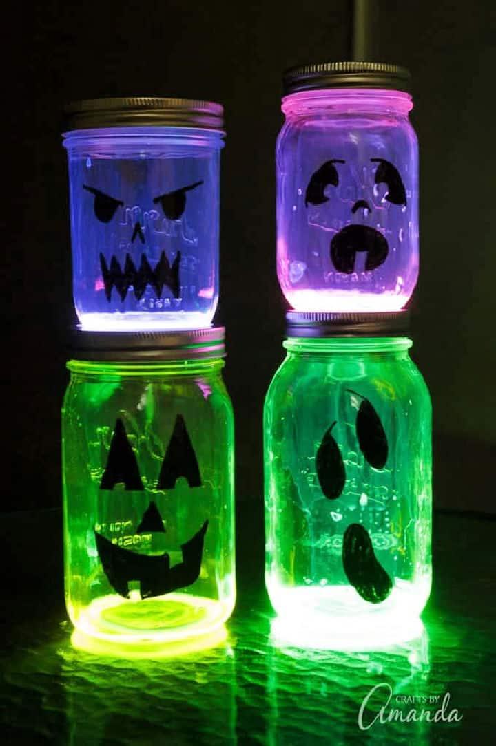 Tarros de masón de Jack O Lantern que brillan intensamente
