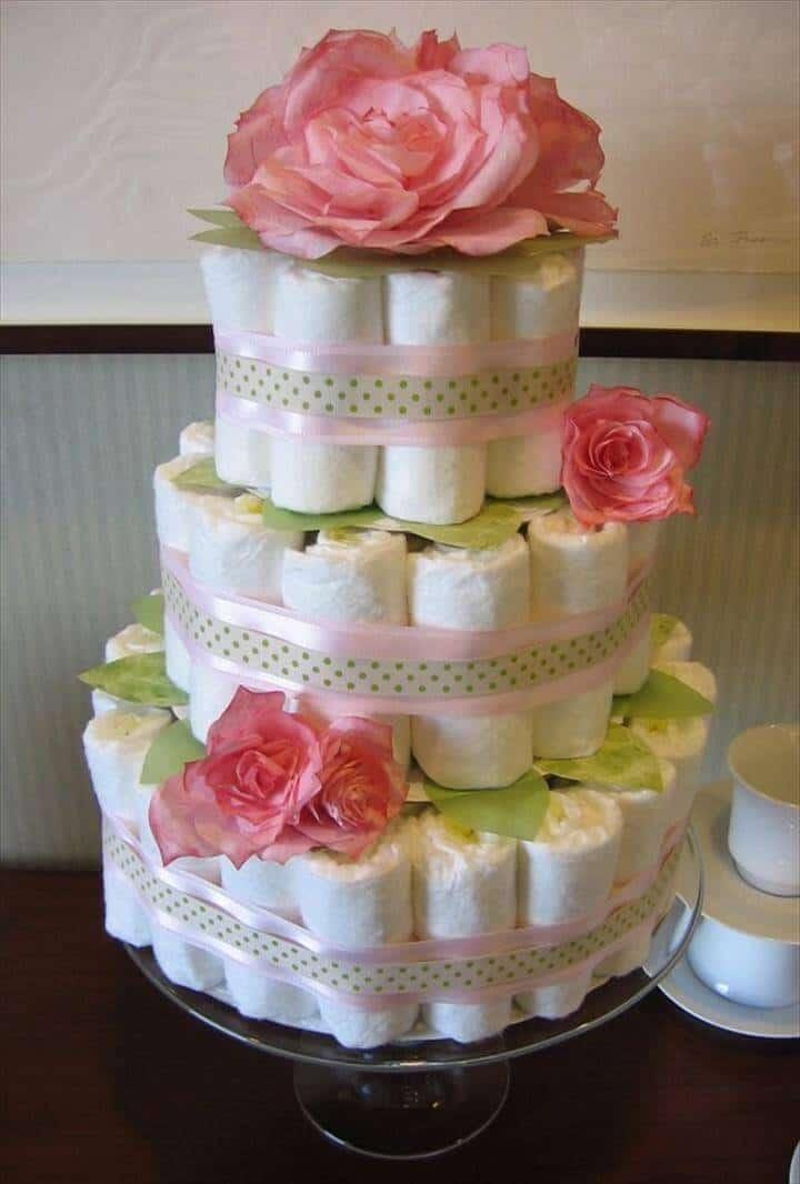 Pastel de pañales de 3 niveles cubierto con rosas de seda
